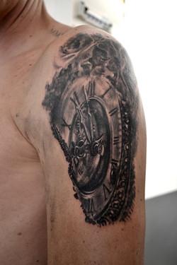 tatouage clock black corner tattoo