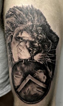 tatouage lion black corner tattoo