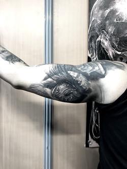 tattoo oeil black corner tattoo