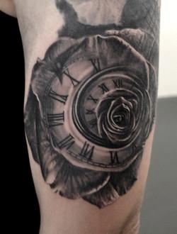 tatouage rose blackc orner tattoo