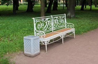 После публикаций в СМИ в Екатерининском парке установили дополнительные скамейки