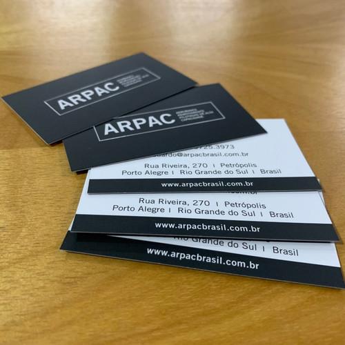 Cartões de visita em impressão offset ou digital, com corte especial ou reto.