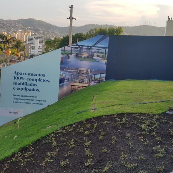 Neste projeto foi feita a sinalização de tapume, através de uma adesivagem especial para o lançamento de um empreendimento em Porto Alegre.