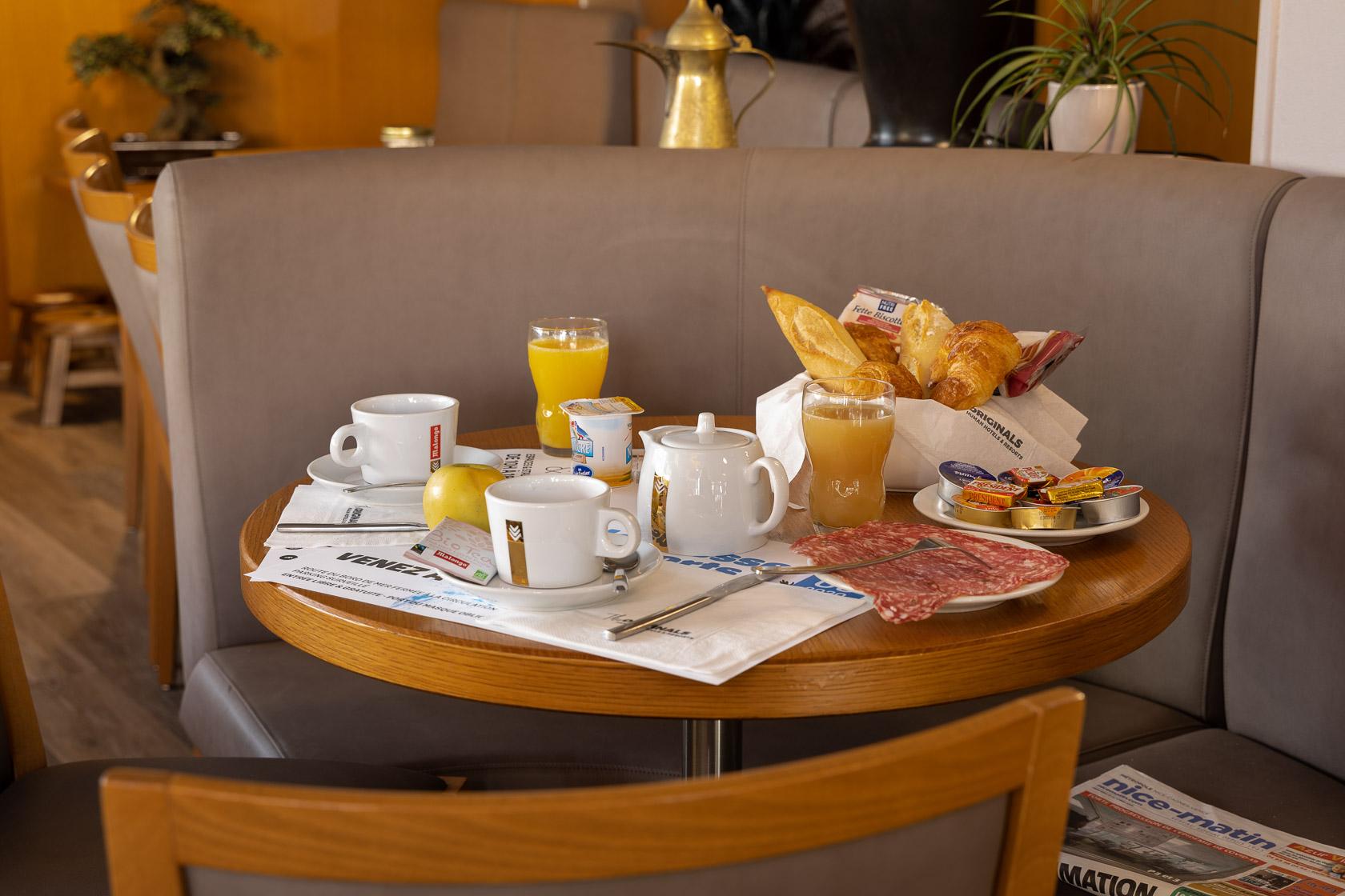 0632-FR-st laurent du var-petit-dejeuner
