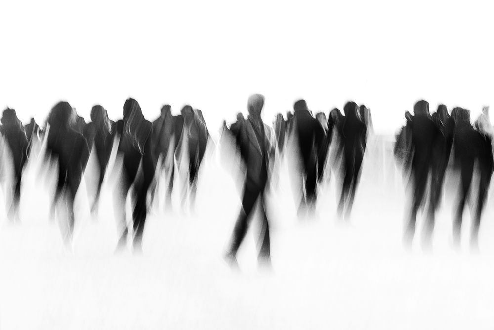 Hombres en movimiento que evocan soledad y depresión.