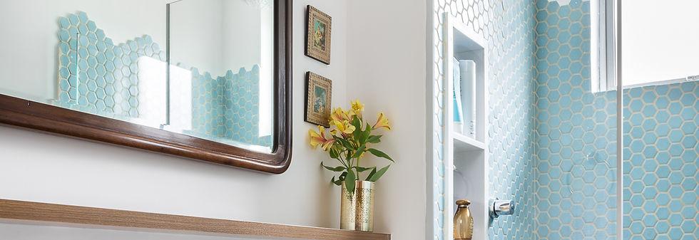 banheiro com espelho moldura imbuia, pastilhas turquesas hexagonais