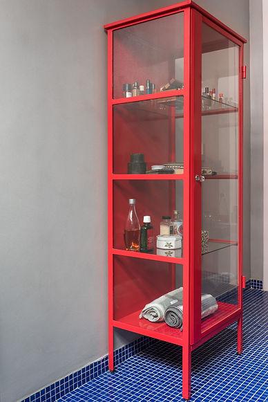 Banheiro Azul Vermelho detalhe armarinho