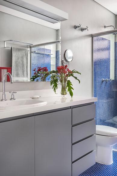 Banheiro Azul Vermelho detalhe marcenari