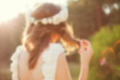 Mariée avec des fleurs dans cheveux