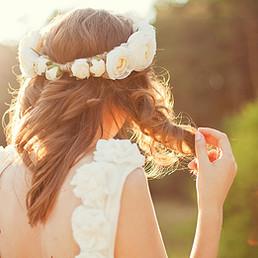 Braut mit Blumen in den Haaren