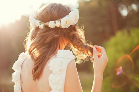 Nevěsta s květinami ve vlasech