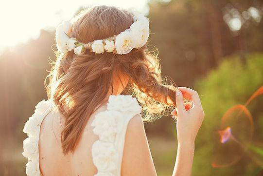 Oblubienica z kwiatami we włosach