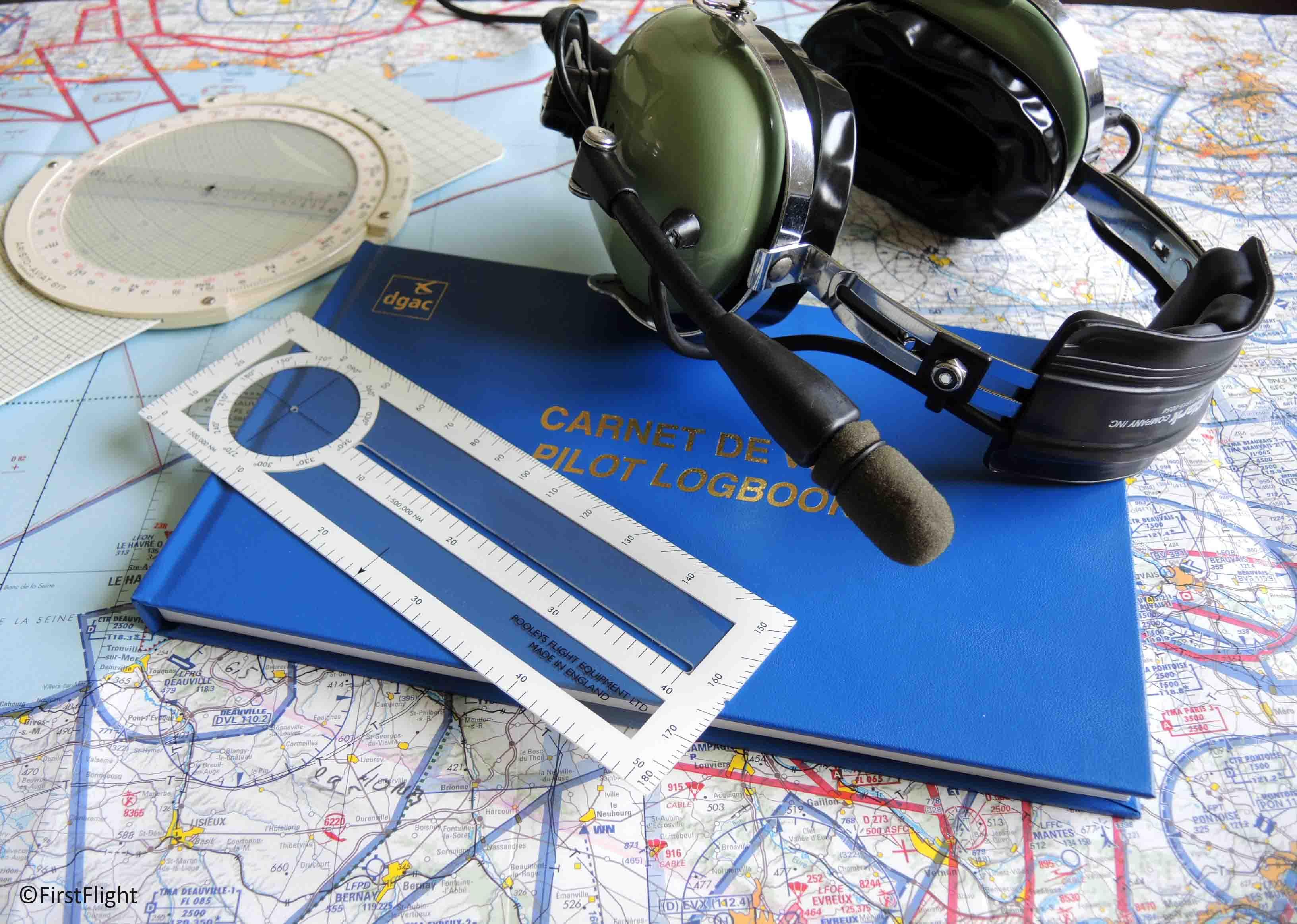Carnet de vol et casque pilote avion
