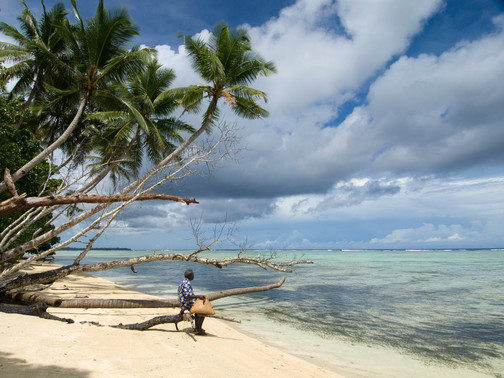 איש בודד על חוף   ניו איירלנד, פפואה גינאה החדשה