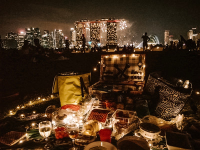 Singapore marina barrage marina bay picnic guide picnic basket blanket food dinner fairy lights
