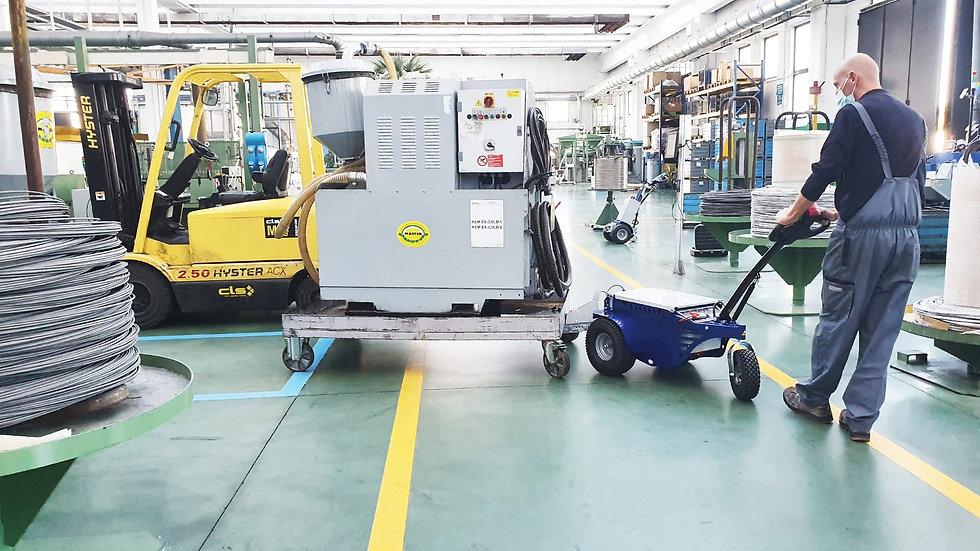 M9 PRO Zallys M9 PRO Rebocador motorizado empurrando uma carga sobre rodas