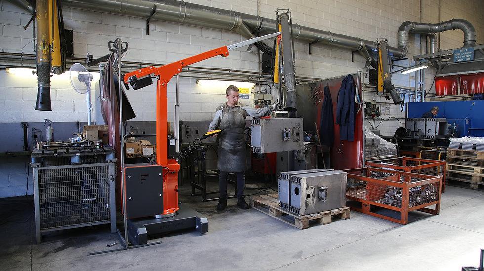 JL 150 gru contrappesata per sollevare carichi fino a 150 kg all'interno di aziende metalmeccaniche