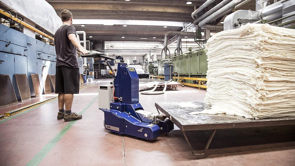 Zallys M16S Rebocador elétrico move um carrinho em uma indústria têxtil