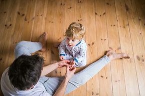 Vater spielt mit Sohn