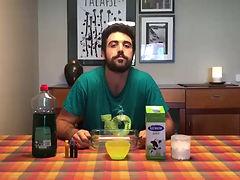 El Berat fa un experment amb llet, colorant i sabó