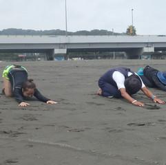 6-1 海に入る前の準備体操。