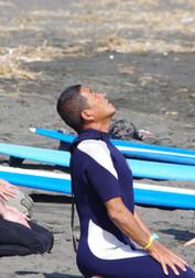 サーフィンスクール海に入る前の準備体操。