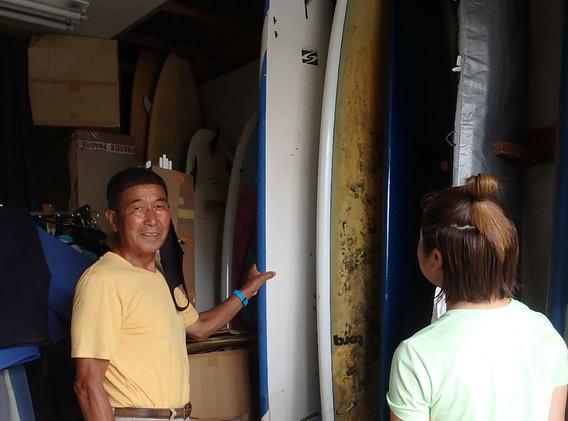3 スクール当日の波のサイズやスクール生の経験や身長体重等で使うサーフボードを選びます.JPG