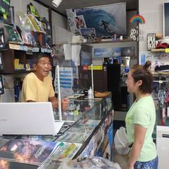 2 サーフィンスクール&レンタルの受付は店内です。