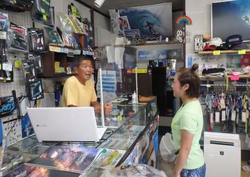 2 サーフィンスクールの受付は店内です。