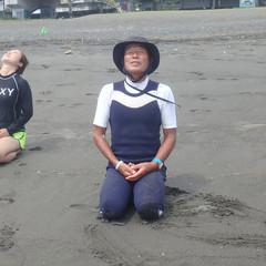 6-2 海に入る前の準備体操。