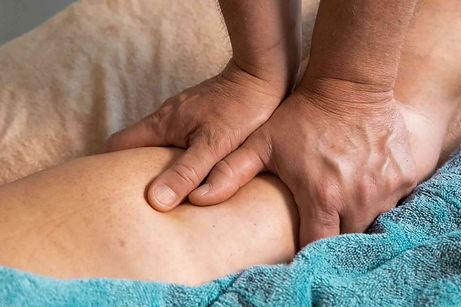 Антицеллюлитный массаж на бедра.