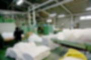出荷場に隣接する製綿および綿入設備区画での作業風景。