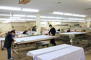 NCミシンによる模様縫い作業を準備しているところ。