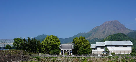 普賢岳山麓にある桃のハウス