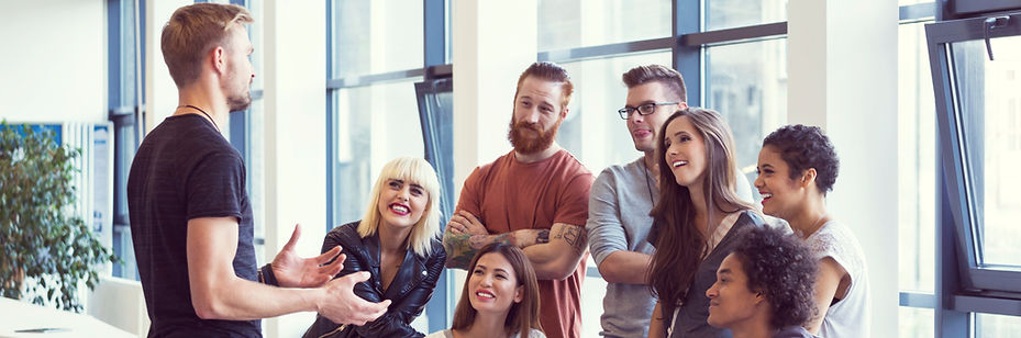 Reunion d'entreprise entre plusieurs salariés qui discutent et elaborent ensemble des objectifs.