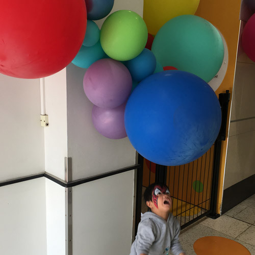 The entrance decorated with balloons for school holidays