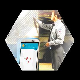 Guardia de seguridad registrandose y celular mostrando pantalla de tag patrol