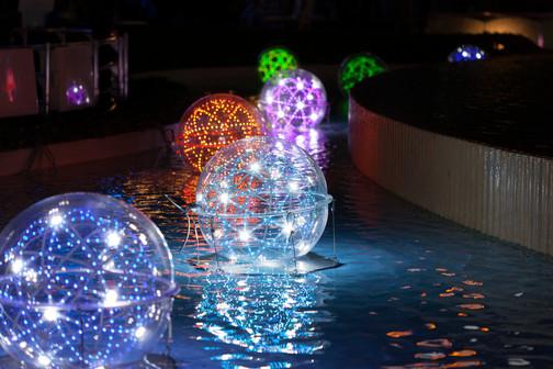 水に浮かぶ球体