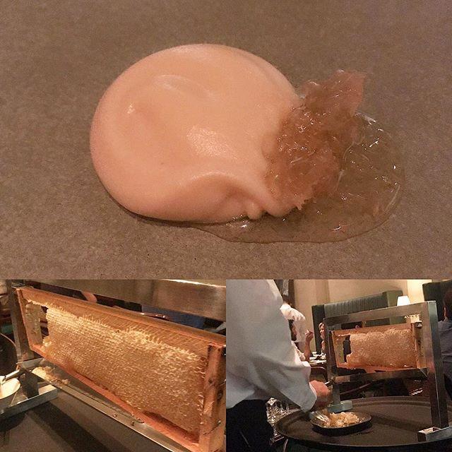 Na foto dá para ver como é servido o favo de mel com o aligot