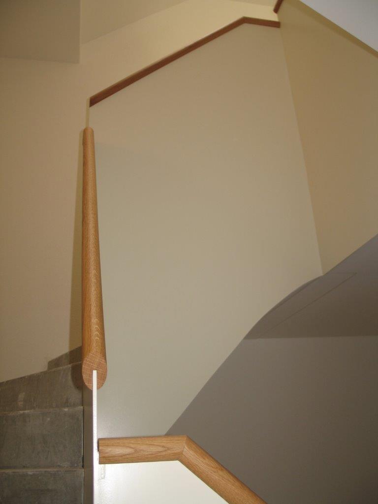 Holzprofile auf Stahlgeländer