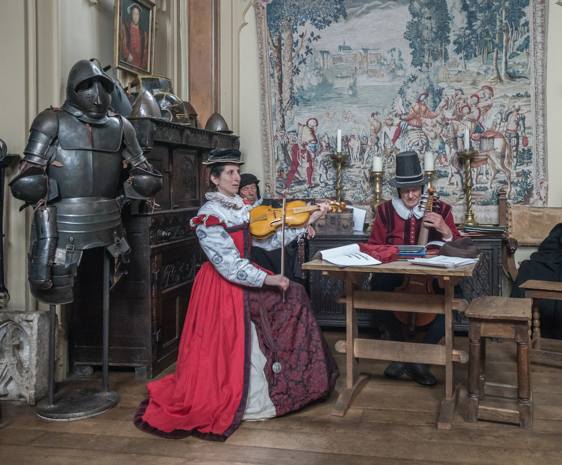 16 TUDOR MUSIC PRACTICE by Roger Wates
