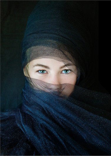 20 HANNAH WITH SELF MADE HAT AND SCARF by Annik Pauwels