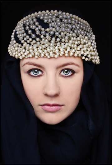 17 GIRL WITH THE PEARL HEAD DRESS by Annik Pauwels