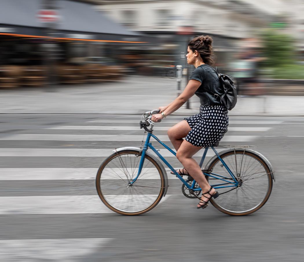 20 UNE FEMME SUR UN VÉLO À PARIS by Terry Day