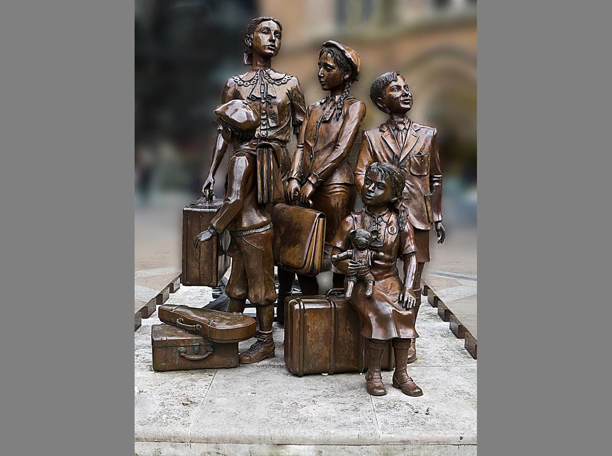 18 KINDERTRANSPORT MEMORIAL LIVERPOOL ST STATION by Denys Clarke