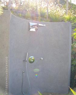Construcción a medida de una ducha de exterior_