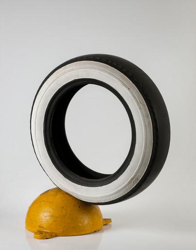 Marcello Nitsche Pátria Amada, 1966 Látex, esmalte sintético, pneu e tartaruga de ferro  70 x 70 x 40 cm