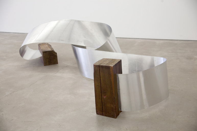 Montez Magno Escultura manipulável, 1970 Madeira e chapa de aço inoxidável  Técnica mixta 30 x 500 cm