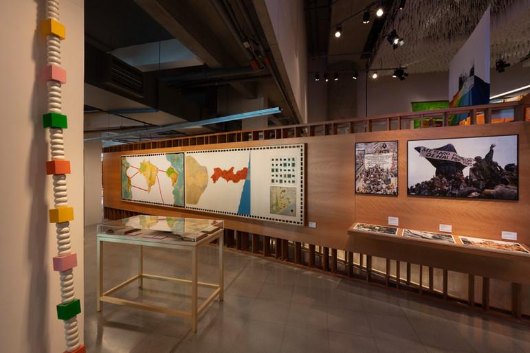 Vista da exposição ` A Nordeste, Sesc 24 de Maio, 2019 - Obra do artista Montez Magno - Reductio, 1972, Técnica mista: Colagem sobre madeira, 125 x 553 cm.