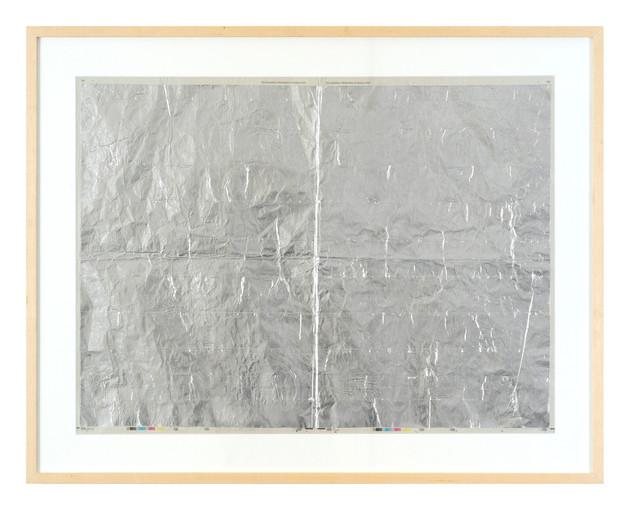 Cristiano Lenhardt Sem Título, 2013 Jornal e tinta prateada 63 x 74 cm